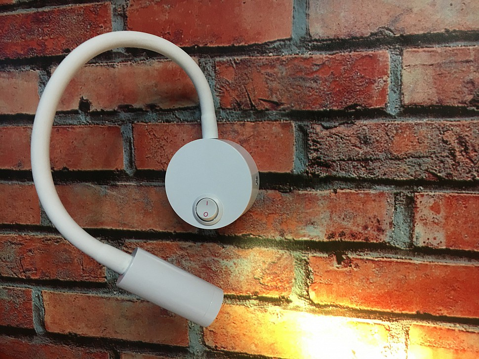 Белый гибкий настенный светильник