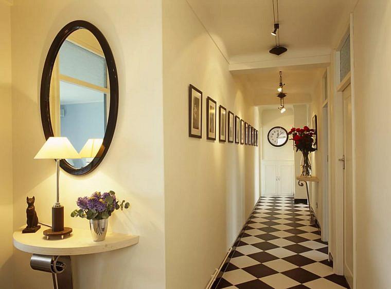 Белое освещение в коридоре